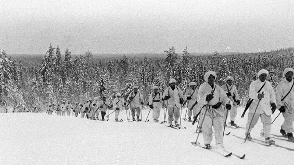 Hiihtopartio palaamassa rajan takaa Lieksan rintamalla helmikuussa 1940