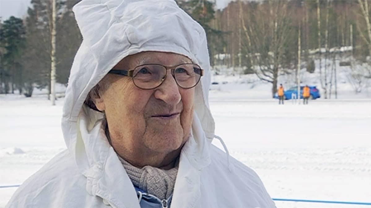 Lauri Hemmi lumipuvussa talvisodan muistohiihdossa
