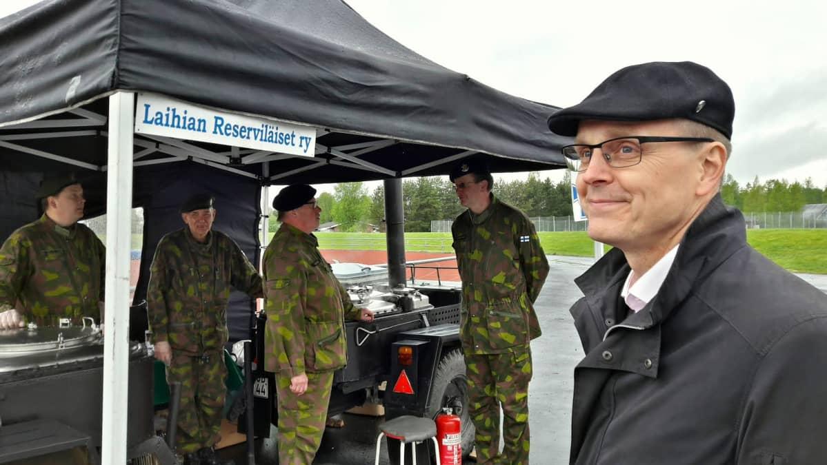 Laihian kunnanjohtaja Juha Rikala katselee taivaalle