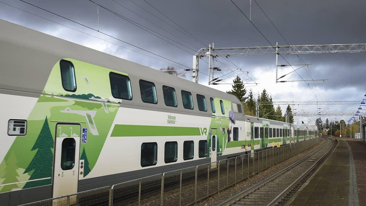 VR:n juna raiteella.