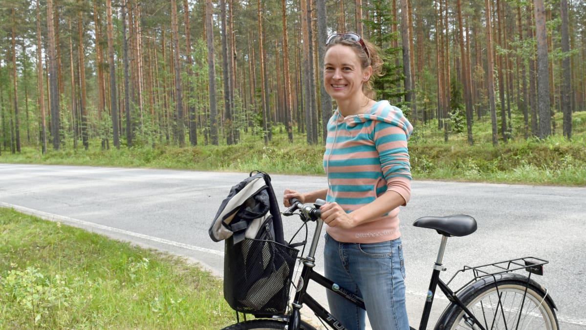 Saksalainen Yvonne Martin pyöräili Hiukkajoelta Punkasalmelle ostoksille.