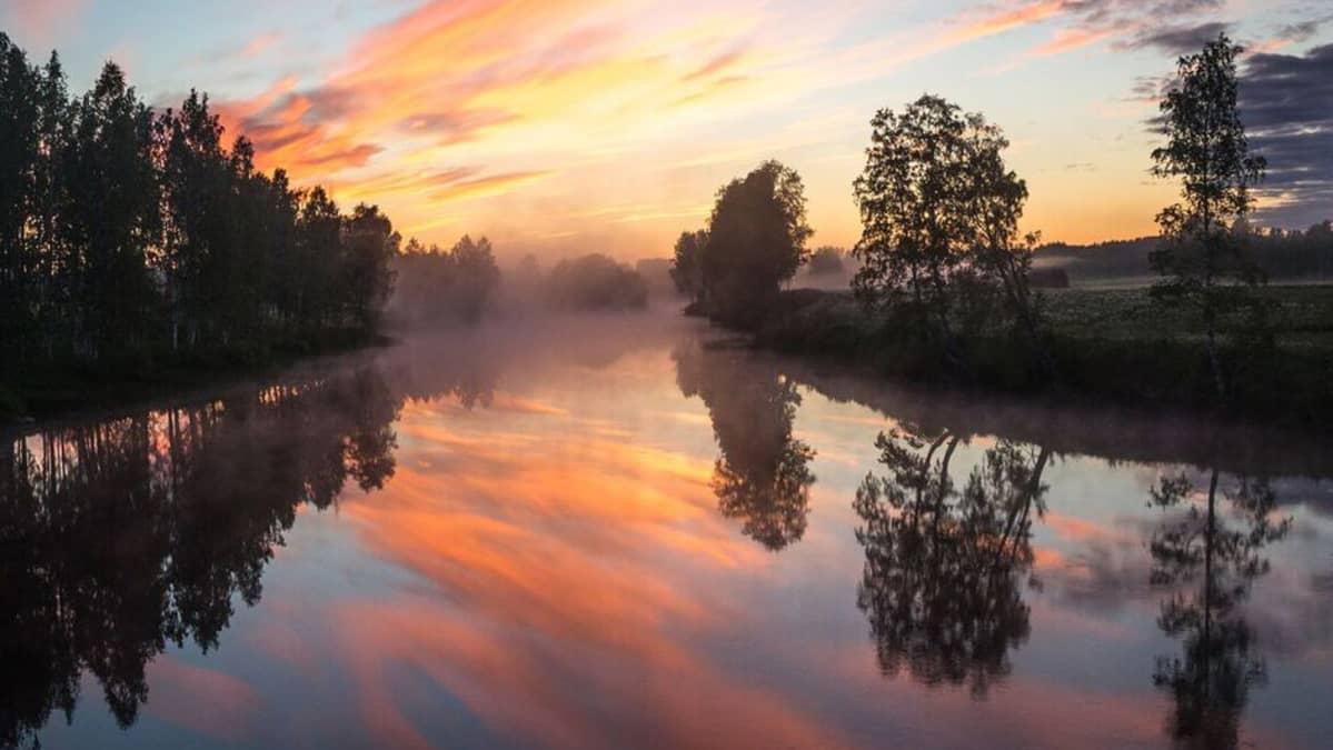 Öinen auringonlasku joella