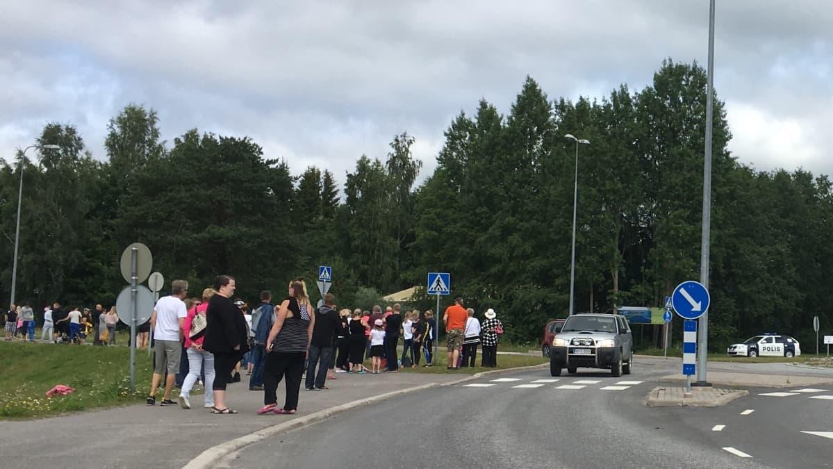 Ihmisiä Nojanmaan liikenneympyrässä odottamassa Putinin diplomaattiautoa