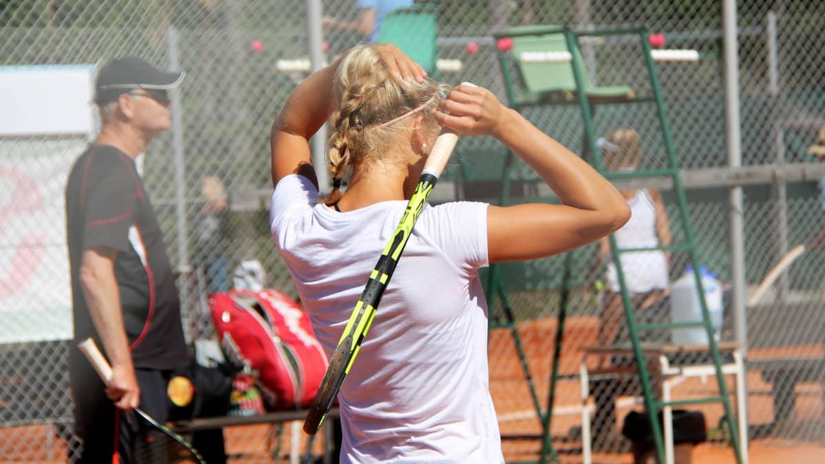 Pelaaja tenniskentällä
