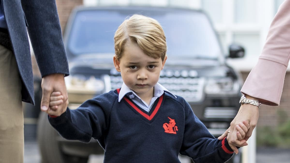 Prinssi George kuvattuna saapuessaan kouluun ensimmäisenä koulupäivänään 7. syyskuuta 2017.