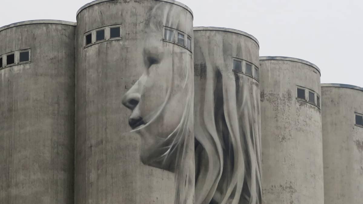 Lapsen kasvot muraalissa siilon seinässä