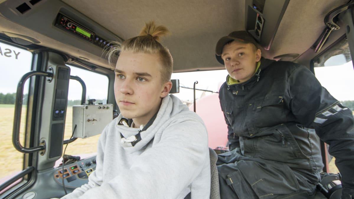 Ylä-Savon Ammattiopiston maatalousalan opiskelijat Jyri Sikanen ja Niko Natunen