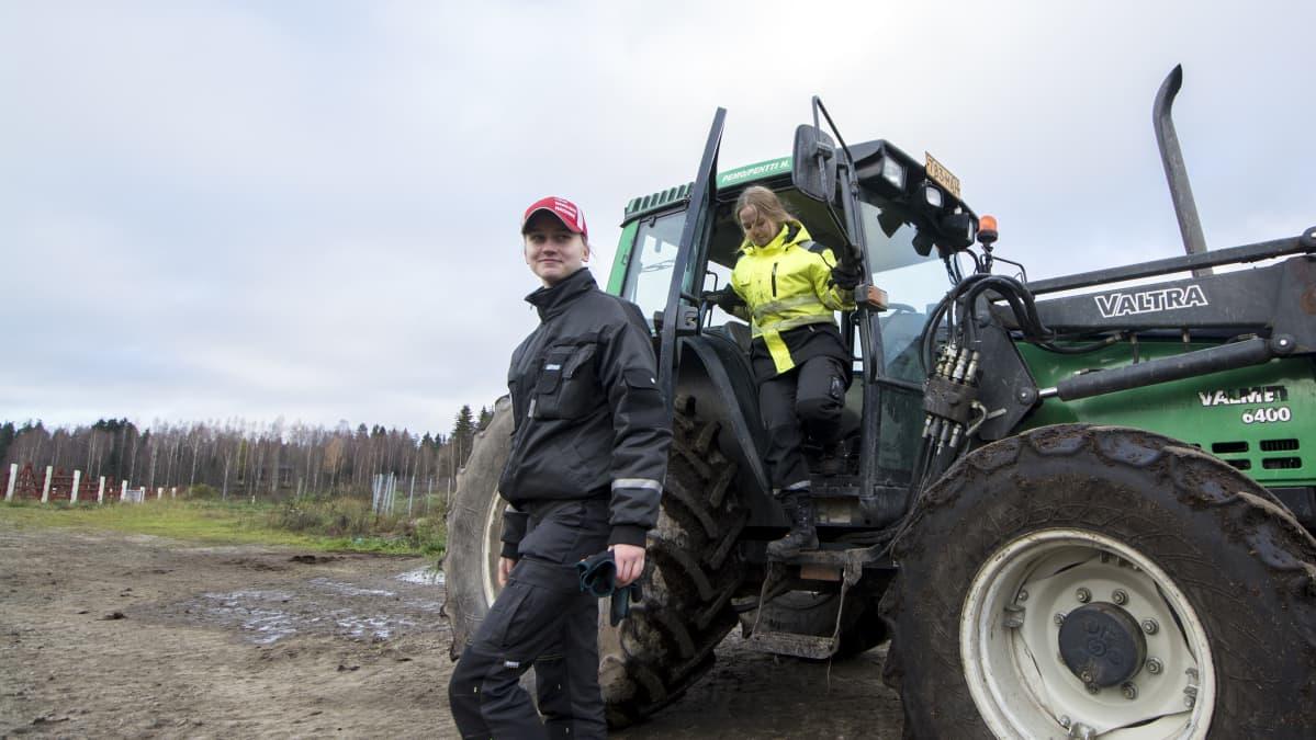 Ylä-Savon Ammattiopiston maatalousalan opiskelijat Venla Niskanen ja Eveliina Kaurtola