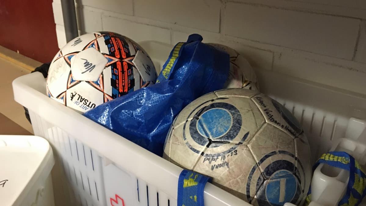 Jalkapalloja laatikossa