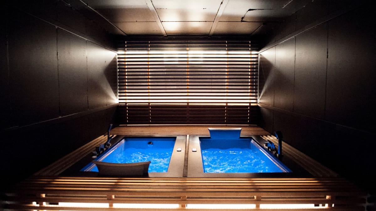 Forenomin hostellin erikoisuutena ovat jacuzzi-poreammeet saunaosastolla.