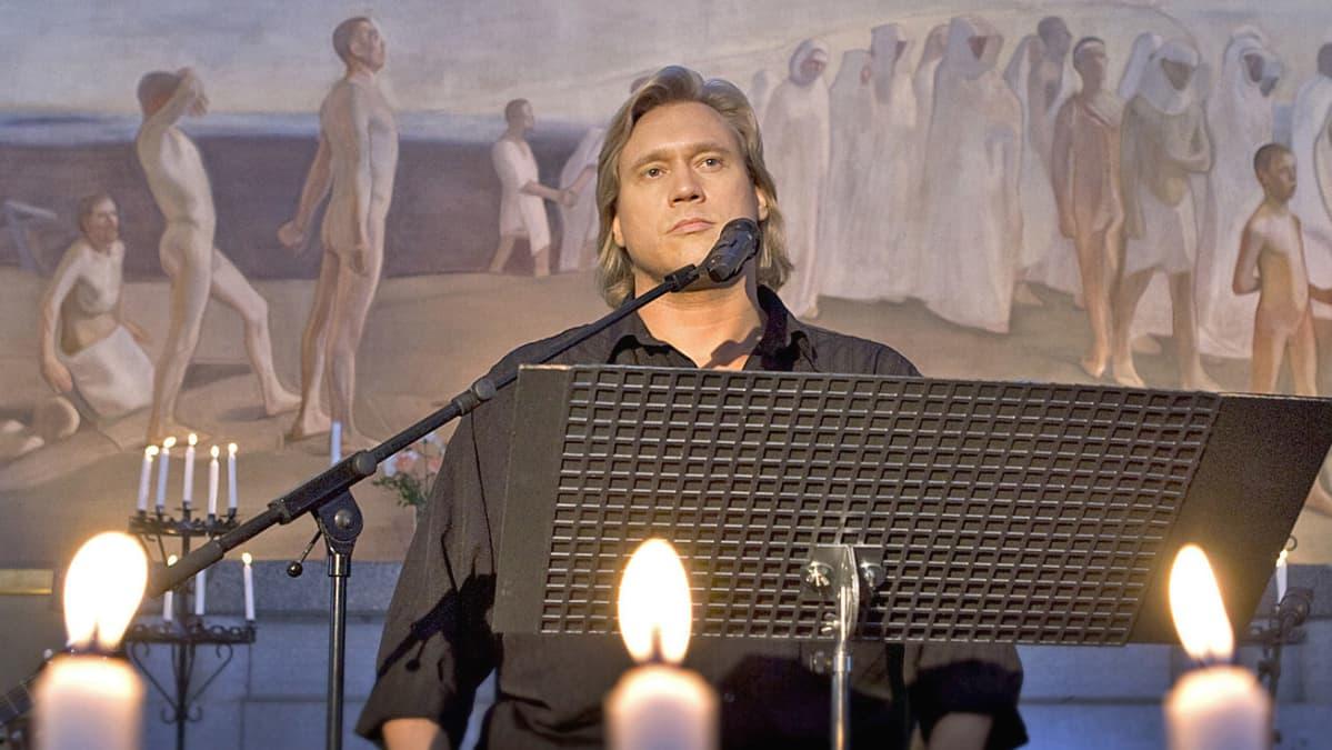 Samuli Edelmann virsilevynsä nauhoituksissa Luhangan kirkossa.
