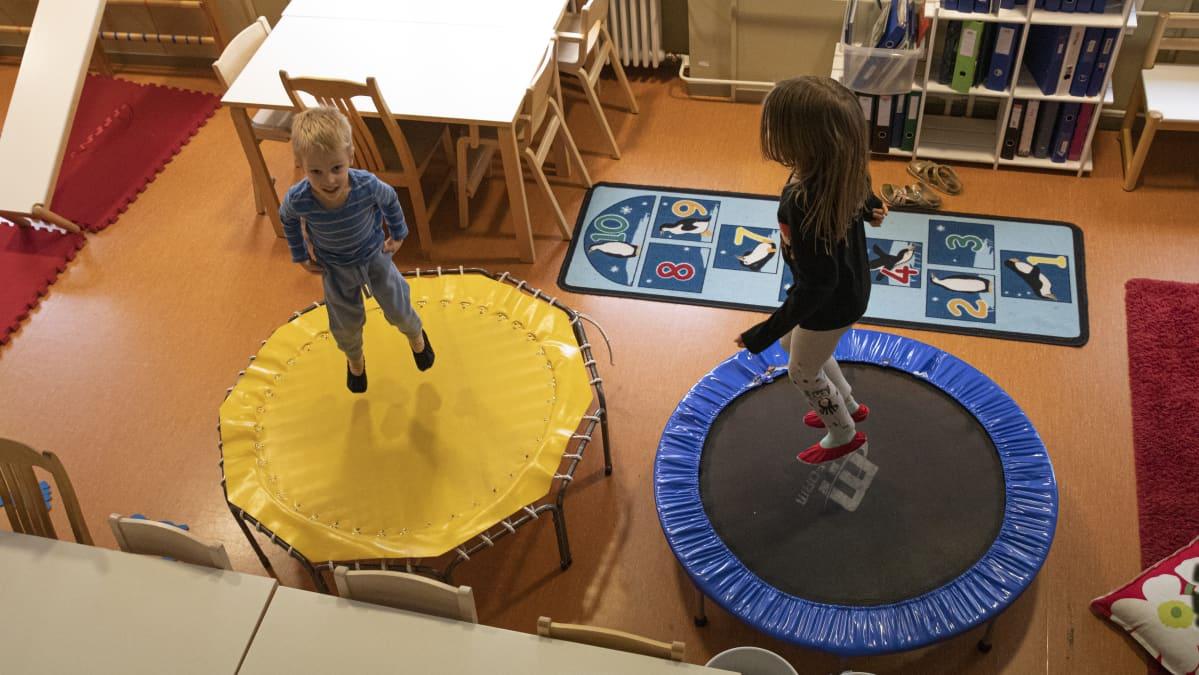 Lapsia hyppimässä päiväkodin trampoliineilla.