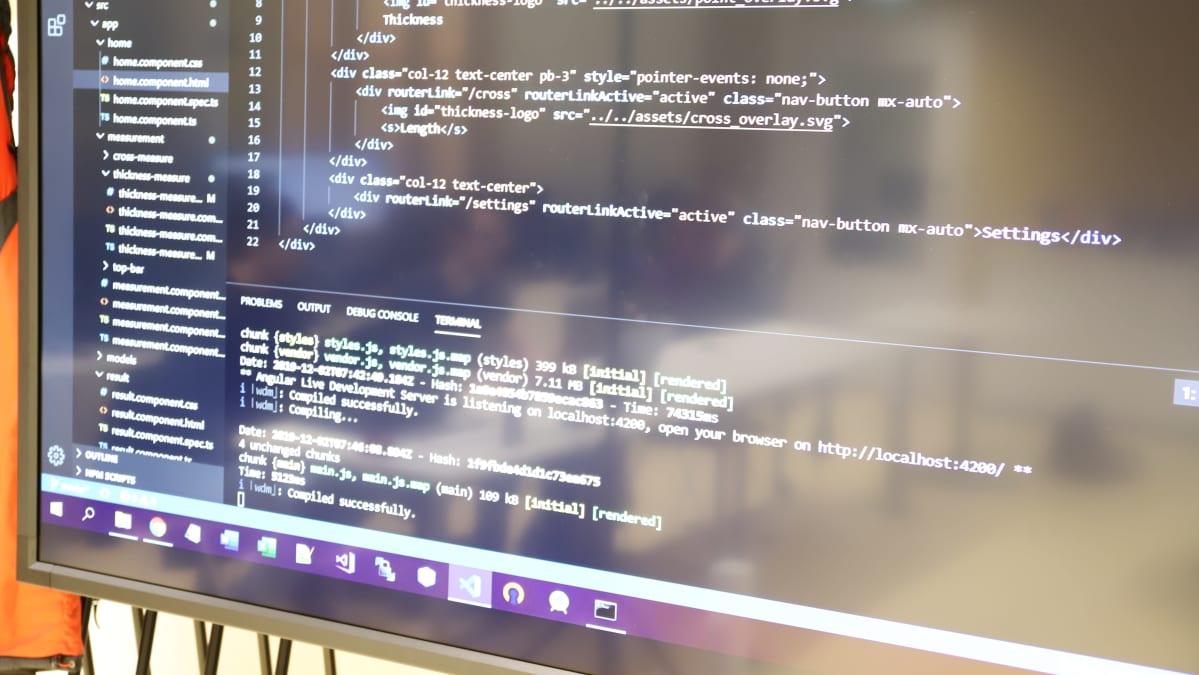 Koodikieltä tietokoneruudulla