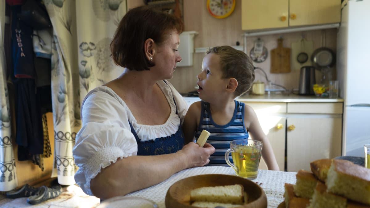 Nainen ja lapsi keittiössä