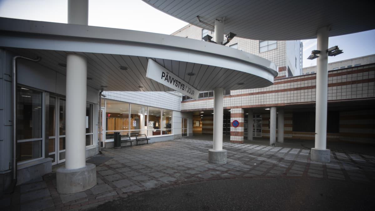 """Ingången till ett sjukhus jour. Ovanför dörren finns en skylt med texten """"Jour""""."""