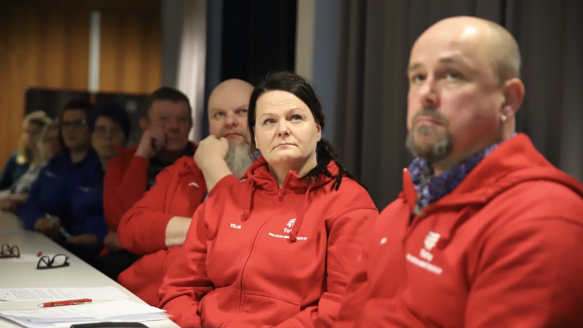 Tehyn luottamusmiehet kuuntelevat yt-neuvoteluiden tuloksia, keskellä Tehyn Siun soten ammattiosaston puheenjohtaja Vilja Laurila-Rontti.
