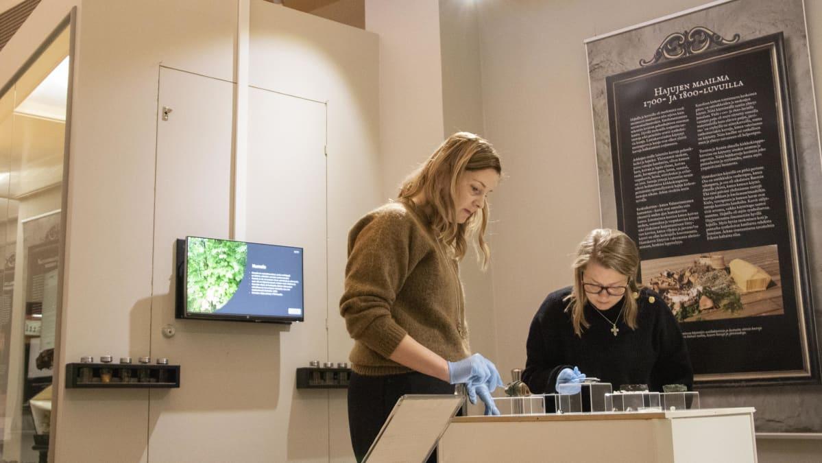 Arkeeologi Titta Kallio.Seppä ja akatemiatutkija Sanna Libkin valmistelevat Pohjois-Pohjanmaan museon Huolell haudatut näyttelyä 2020.