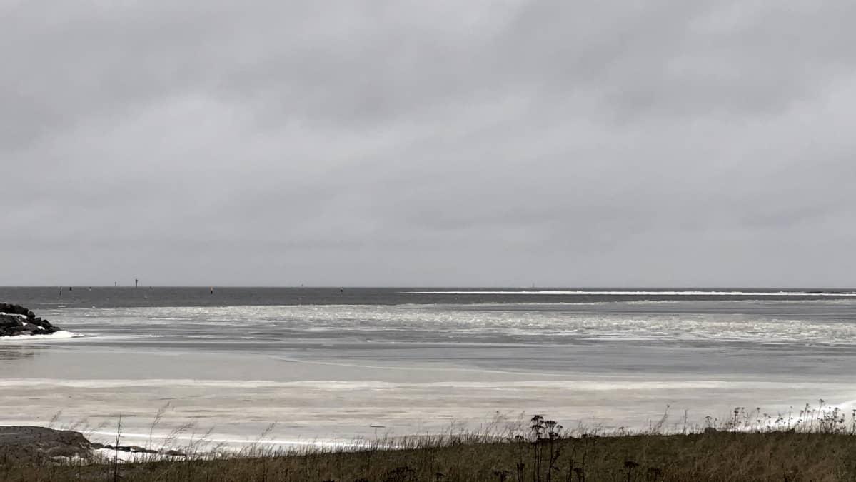 Raahen Lapaluodon merialueen sulaneet jäät helmikuussa 2020.