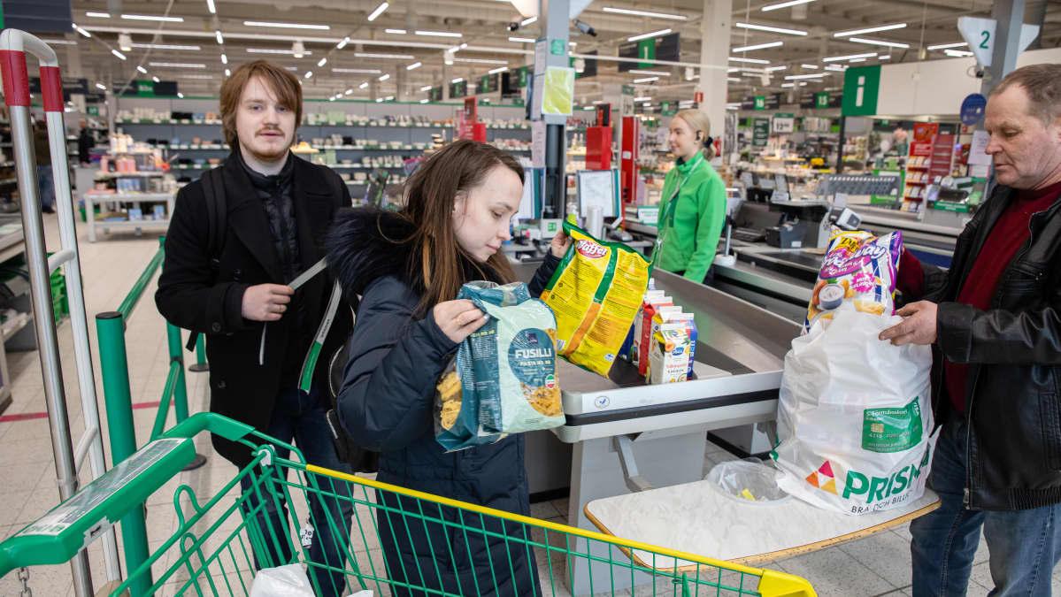 Viimeisiä venäläisiä ostosmatkailijoita Prismassa ennen rajojejn sulkeutumista Koronaviruksen takia.