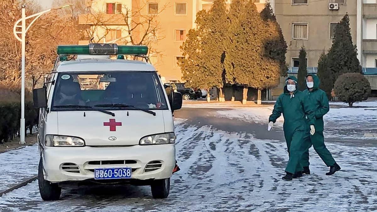 Pohjoiskorealainen lääkintäpartio Pjongjangin diplomaattikaupunginosassa.