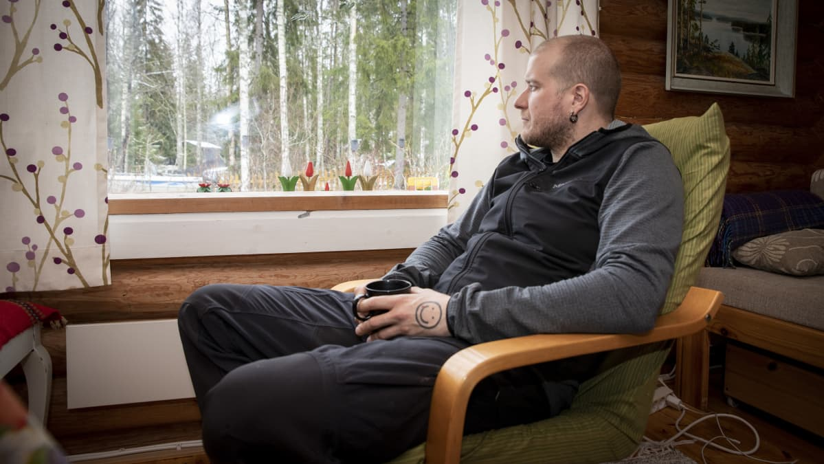 Tero Mäkinen katselee ulos ikkunasta