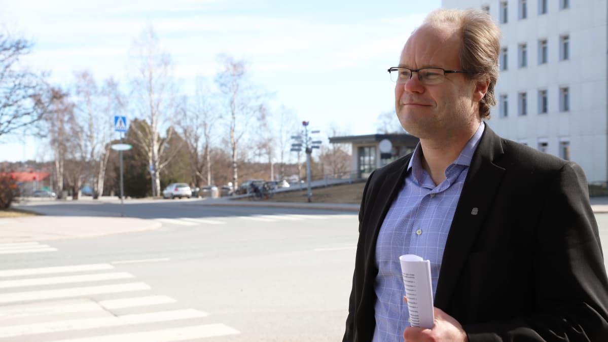 Salon uusi kaupunginjohtaja Tero Nissinen kaupungintalon edustalla