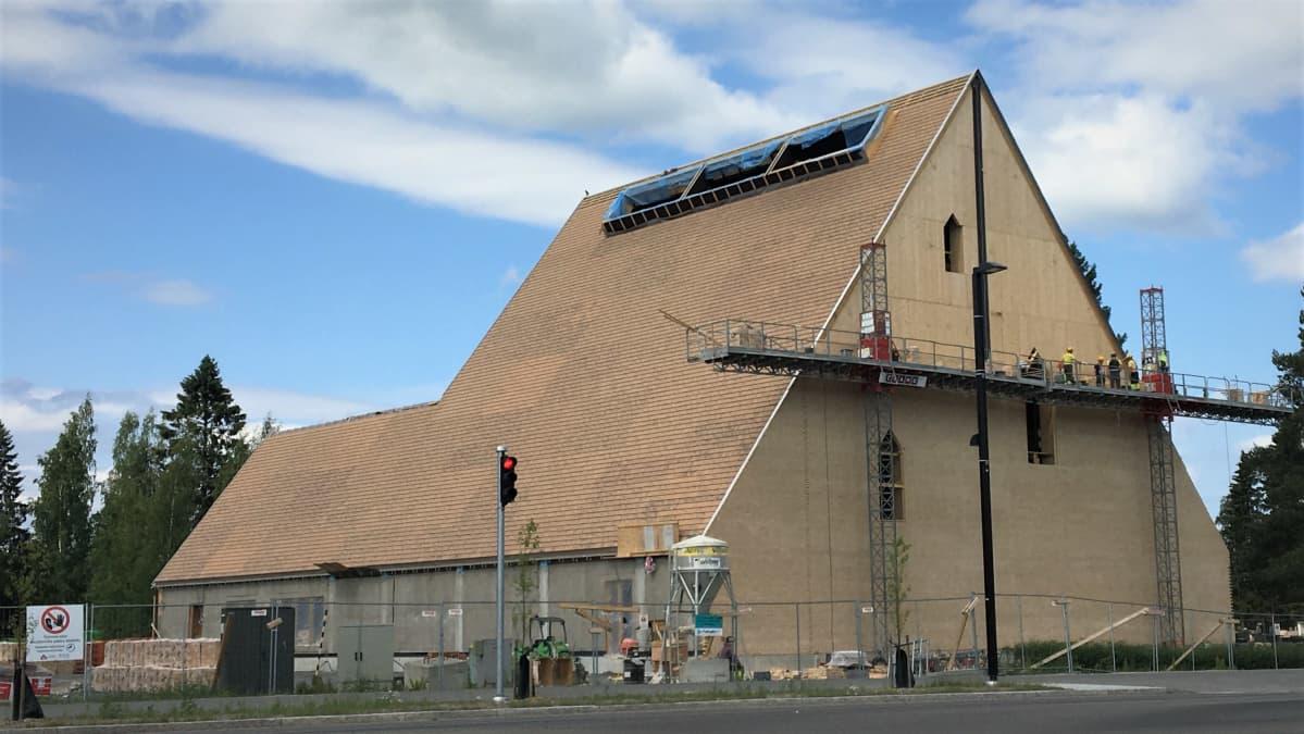 Ylivieskan rakenteilla oleva uusi kirkko.