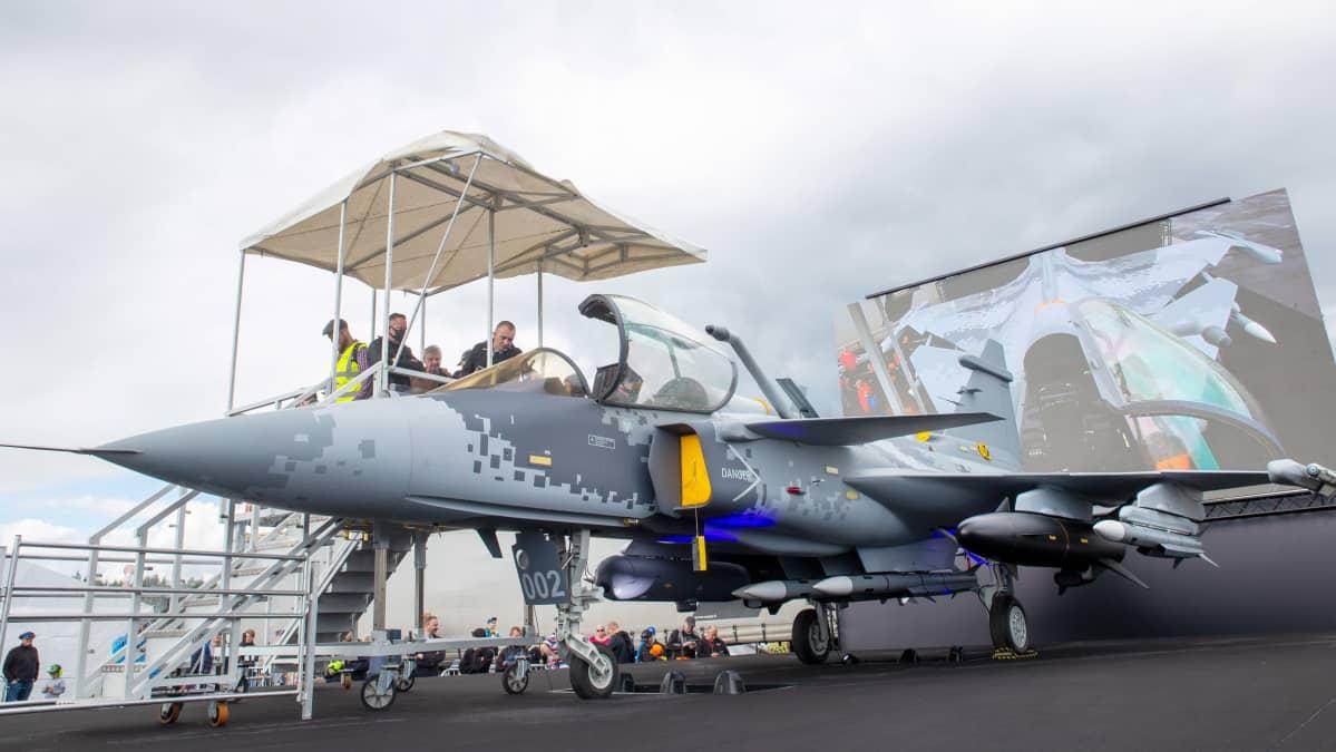 Ehdokkaat Hornetien korvaajaksi olivat esillä kentällä. Saab Gripen simulaattori kiinnosti yleisöä