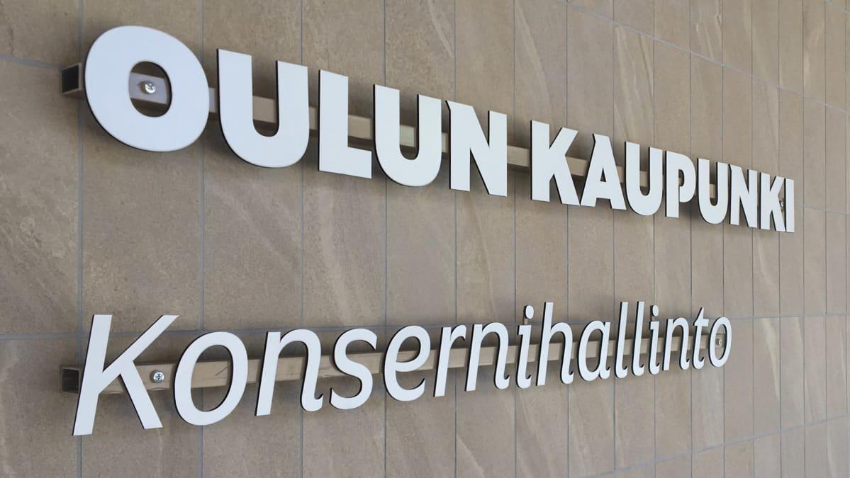 Oulun kaupungin konsernihallinnon toimipisteen kyltti Isokatu 9:n seinällä..