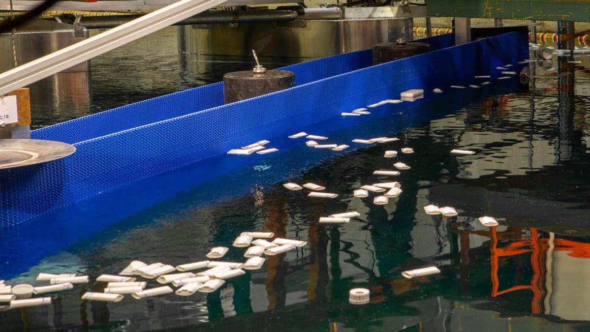 RiverRecyclen muovinkeräyslaiteen liukuhihna siirtää muovit joen pinnalta ns. katiskaan.