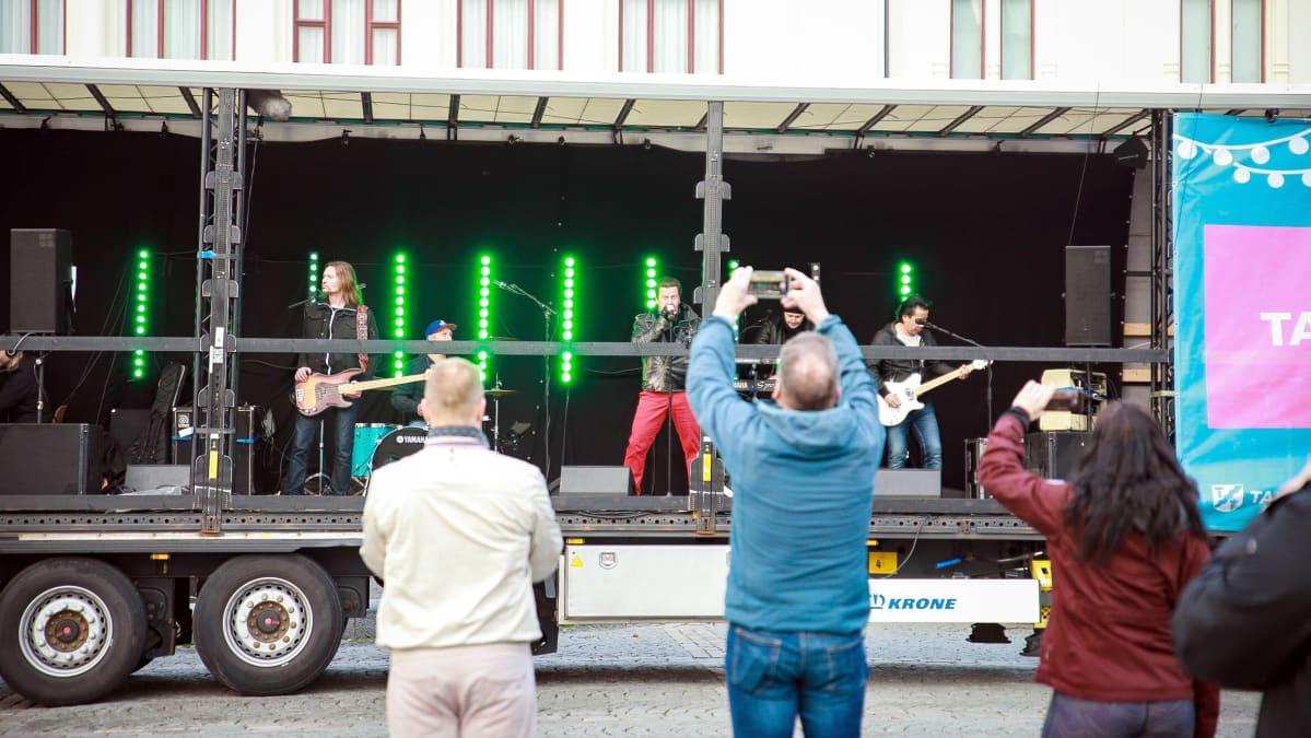 Pate Mustajärvi ja bändi esiintyvät rekan lavalta Tampereen Keskustorilla