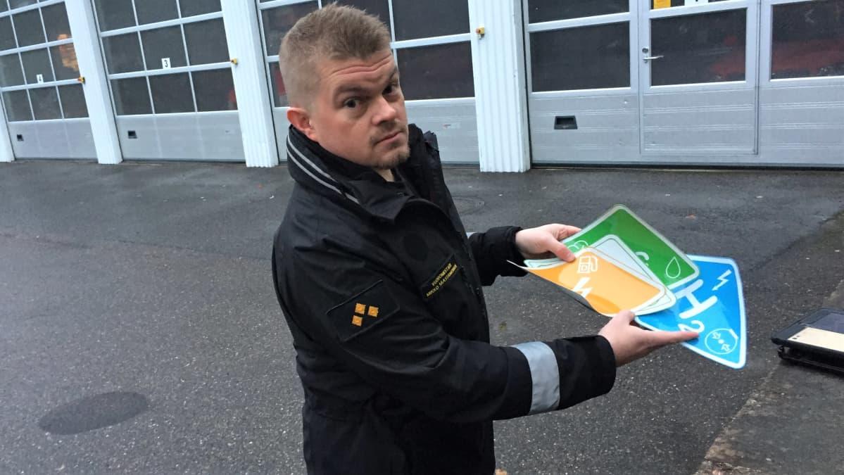 Etelä-Karjalan pelastuslaitoksen vuoromestari Mikko Saastamoinen esittelee erilaisia käyttövoimatarroja.