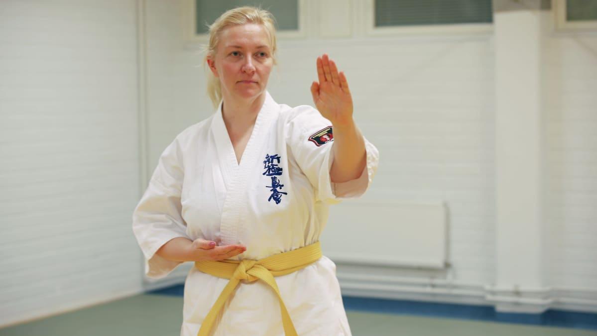 Kemiläinen Mirva Peteri karateharjoituksissa Torniossa