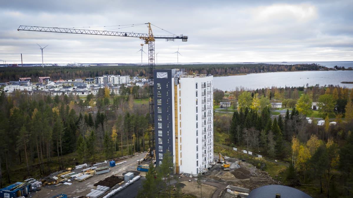 Rakenteilla oleva kerrostalo Kokkolan Pikiruukissa. Nostokurki lähellä kerrsotaloa. Taustalla näkyy merta ja asuntomessualue.