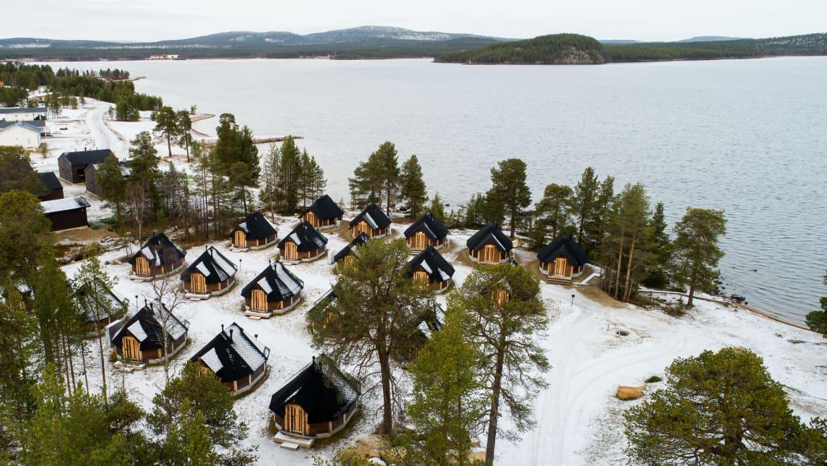 Wilderness hotel Inarin igluja rantamaisemassa