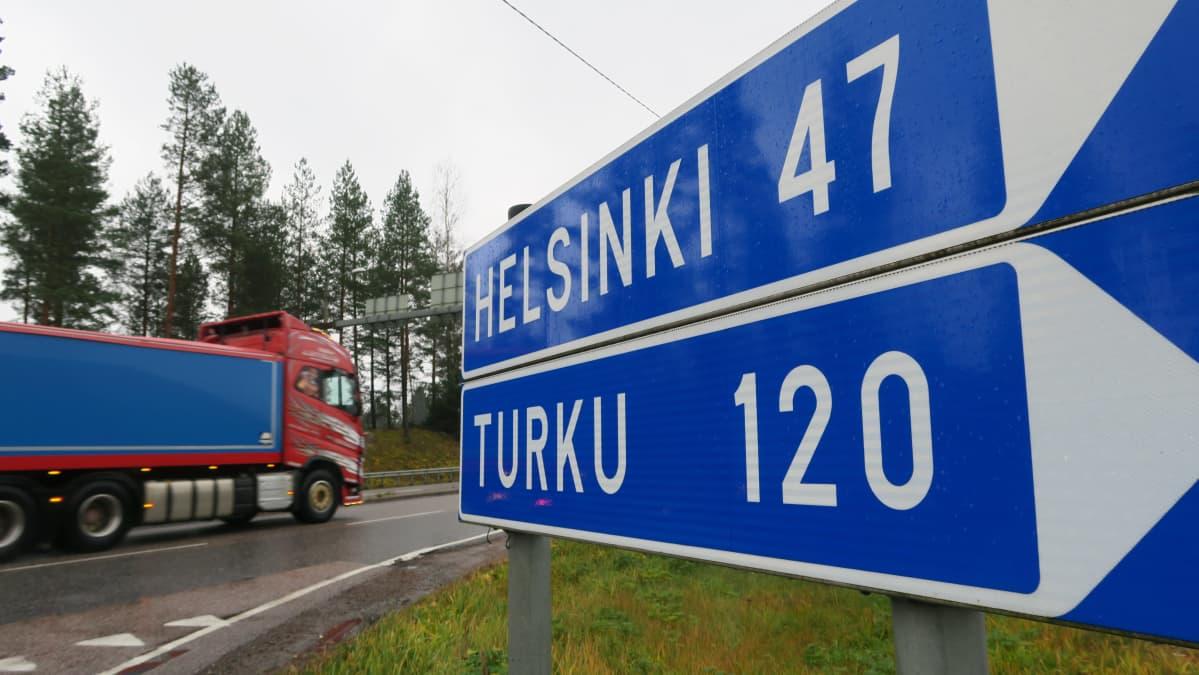 Helsinki 47, Turku 120 -tienviitta valtatien numero 25 varressa Vihdin Myllylammella.