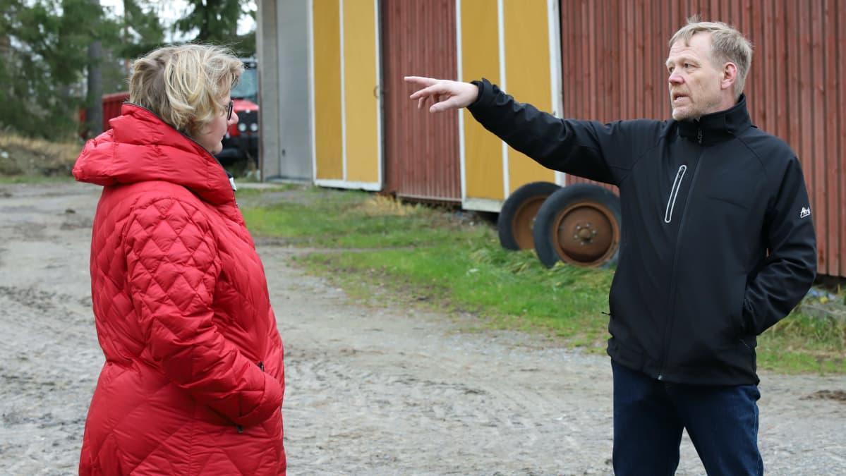 Ulla Koivisto ja Jari Sippola juttelevat Sippolan tilalla.