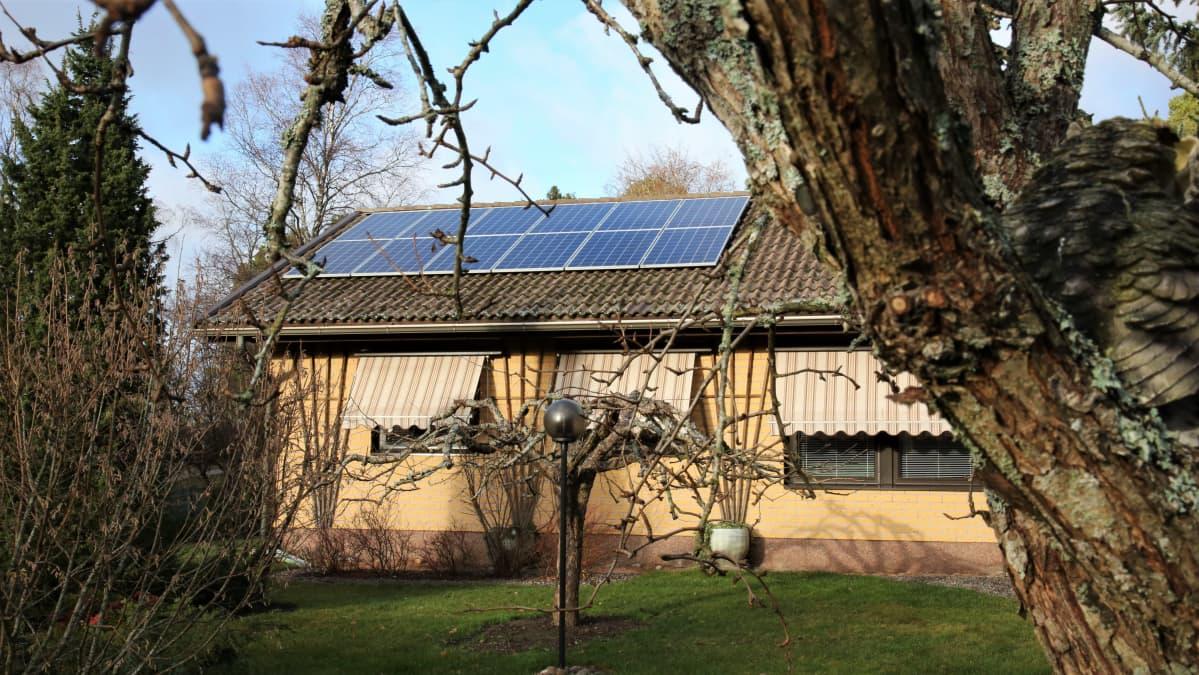 Markku Elmroosin talon katolla on aurinkopaneeleja.