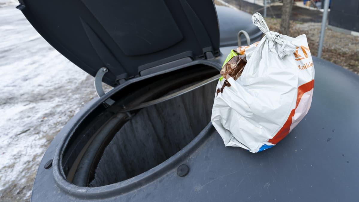 Jätepussi Näätämön kierrätyspisteellä