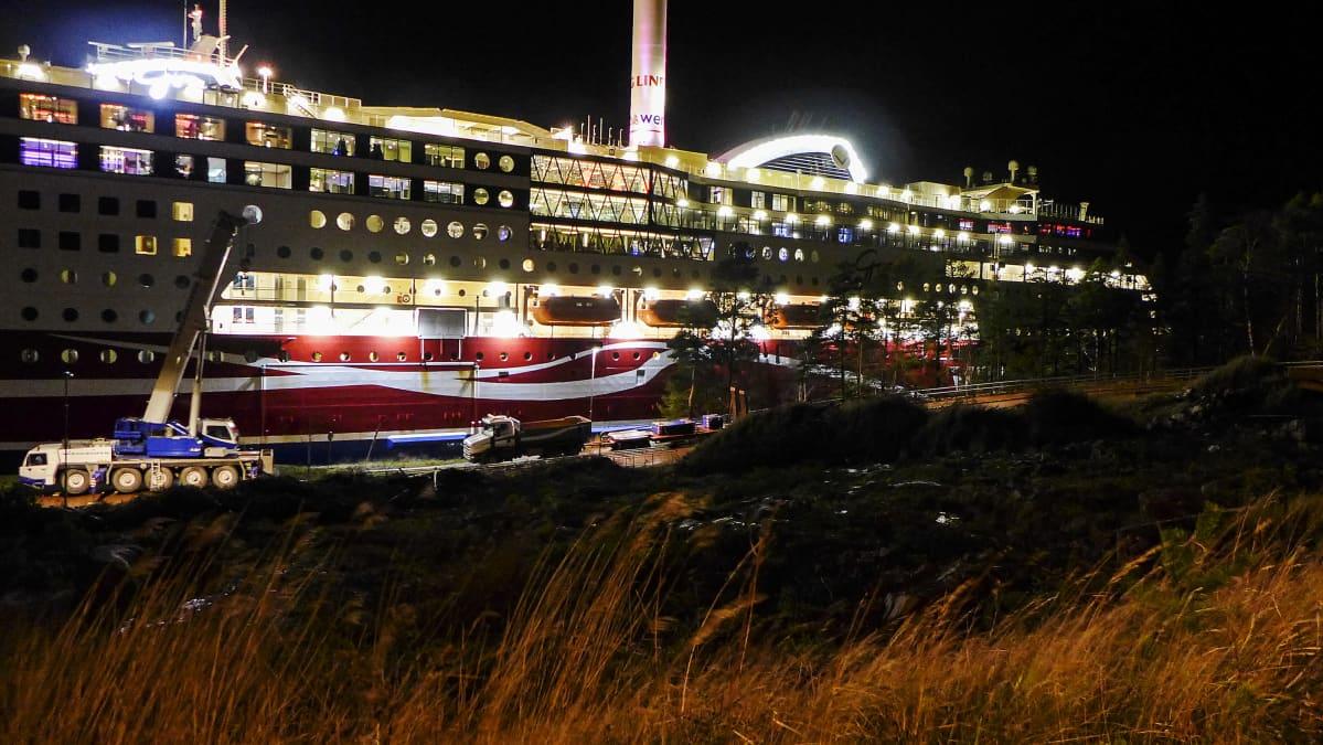 Karille ajanut Viking Grace -alus kuvattiin yöllä