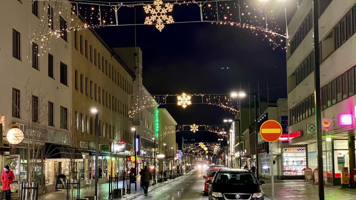 Talvivalot loistavat Kajaanin Kauppakadulla.