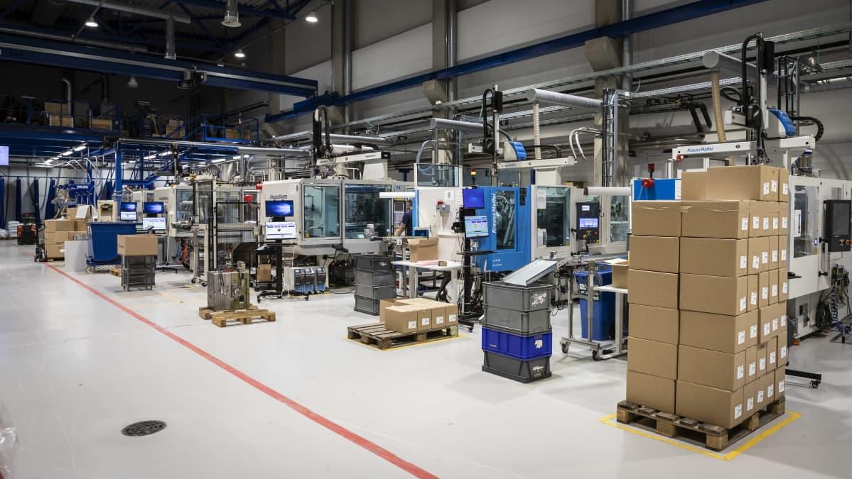 Robotteja Herrmansin tuotantotiloissa.