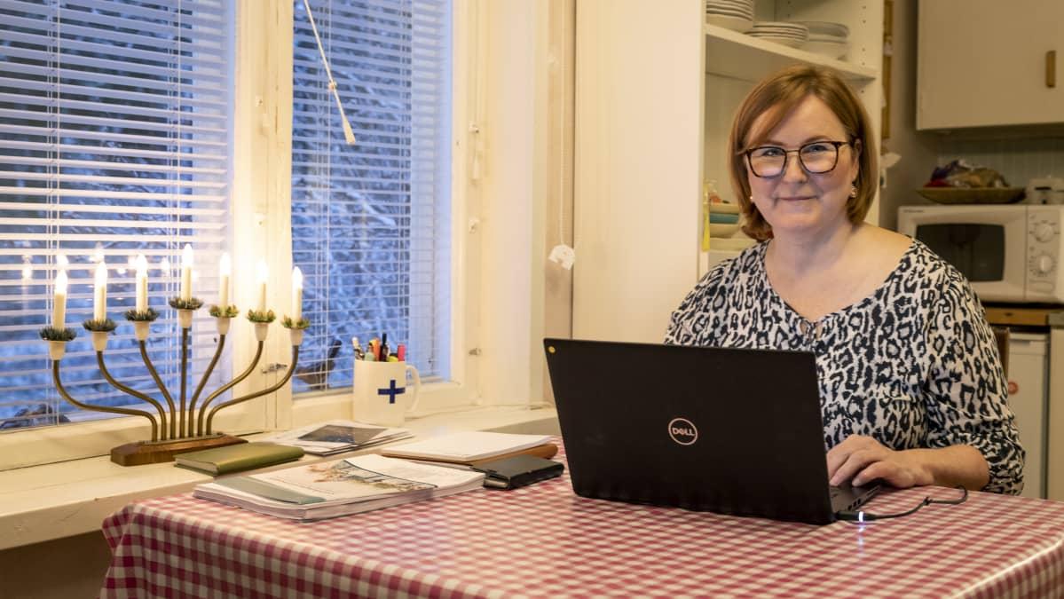 Torniolainen kansanedustaja Kaisa Juuso työkoneensa äärellä