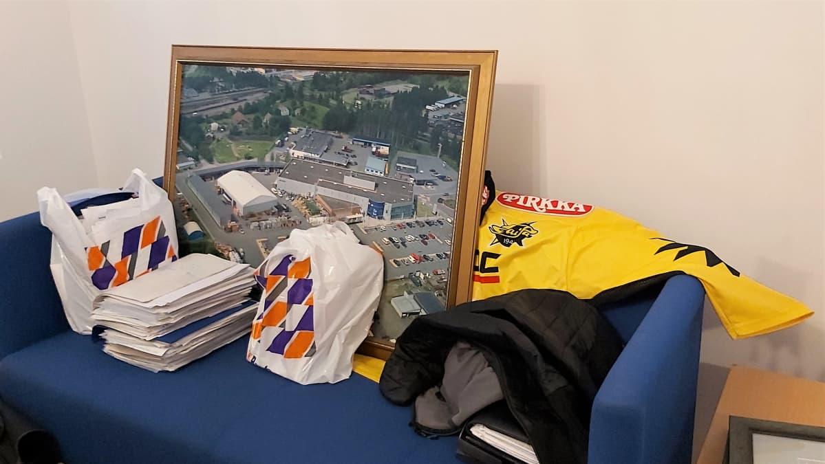 Uuden toimiston sohvalla on vielä paljon tavaraa Timo Tersan entisestä yrityksestä K-Raudasta.