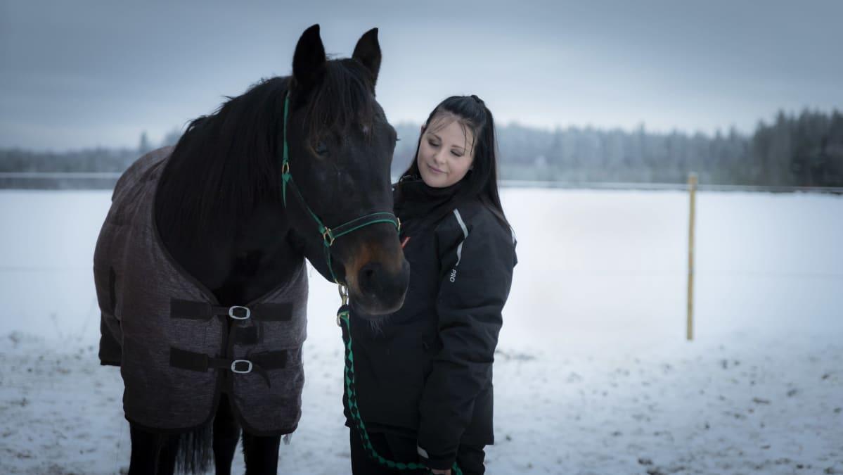 Julia Tyynelä ja hevonen.