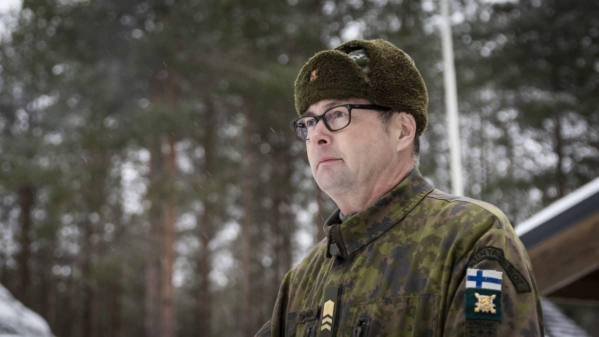 Jari Tikkanen, taustalla lumisia puita.