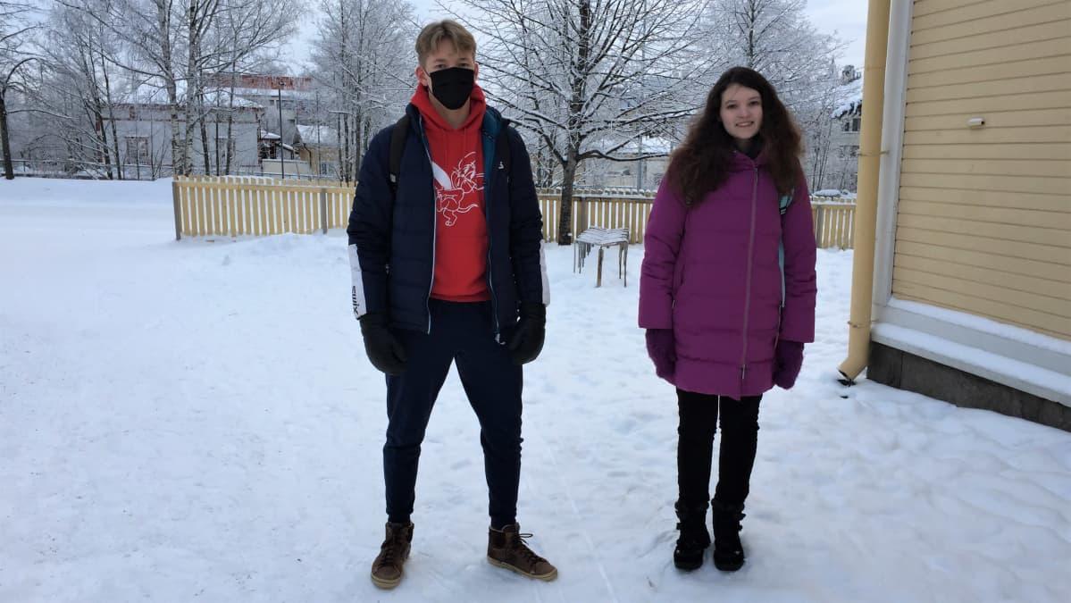 Pekka Aalto ja Katja Minena seisomassa lukionsa pihassa