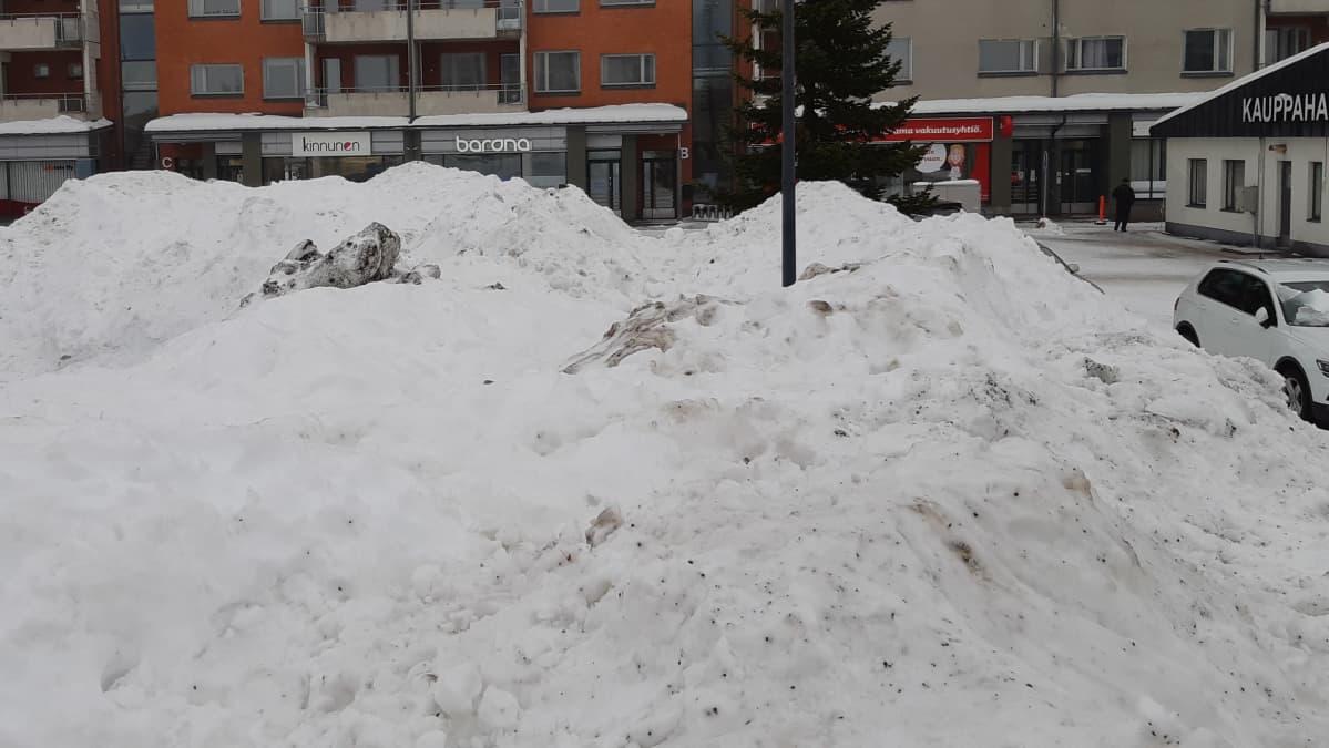 Likaista lunta isossa lumikasassa Lappeenrannan kauppatorilla