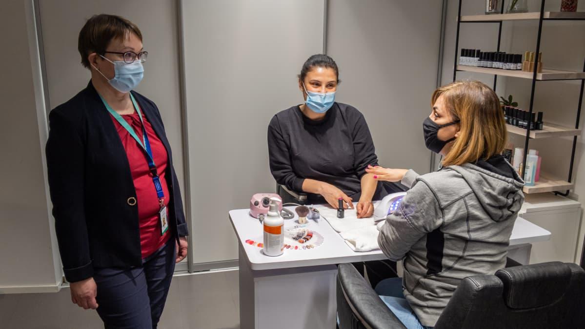 Riikka Åberg, yksikön päällikkö, Helsingin kaupungin ympäristöpalvelut, tekee tarkastusta Hair today -liikkeeseen.