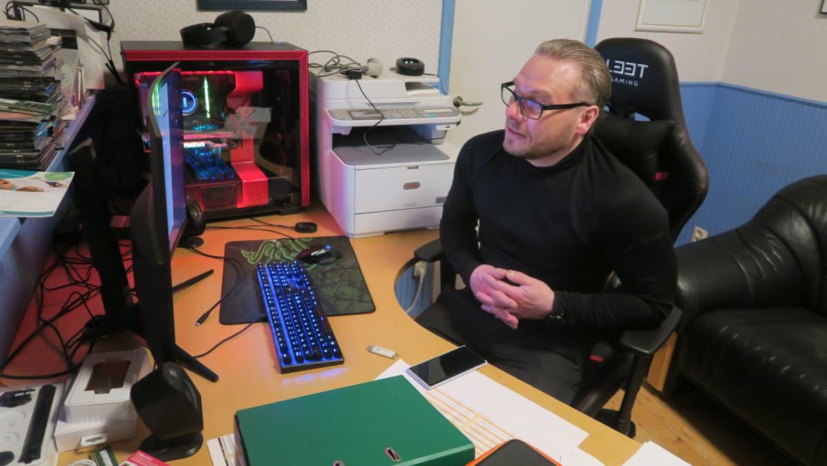 Petri Kuossari tietokoneen äärellä